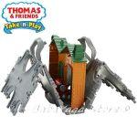 Fisher Price Влакчето ТОМАС Thomas & Friends Steamworks Station Tile Tracks Play Set от серията Take-n-Play CJM58
